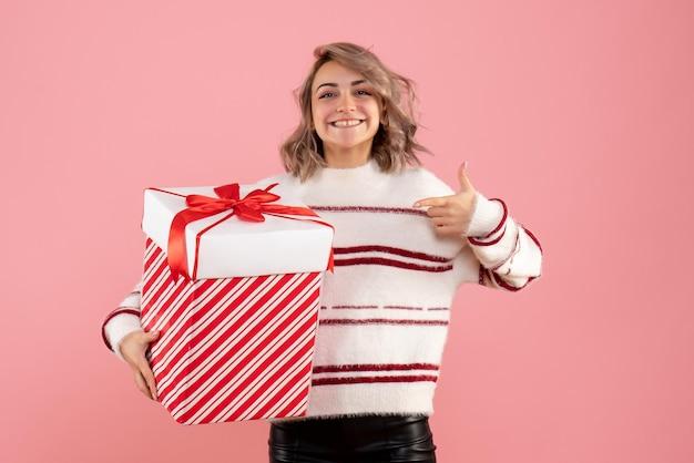 Vorderansicht junge frau mit weihnachtsgeschenk