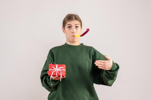 Vorderansicht junge frau mit wenig weihnachtsgeschenk