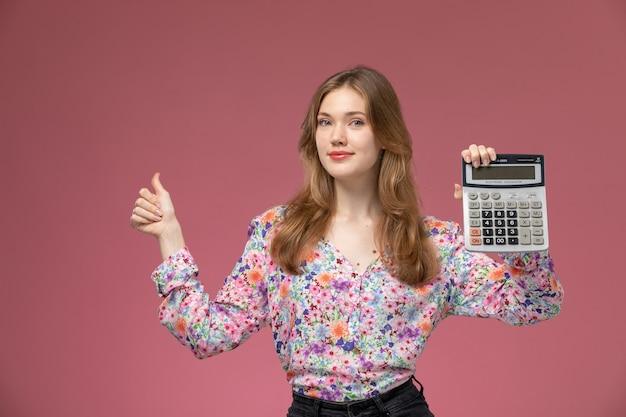 Vorderansicht junge frau mochte die art und weise, wie taschenrechner funktioniert