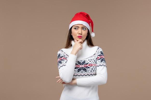 Vorderansicht junge frau tief denkend auf braunem hintergrund neujahr emotionen weihnachten