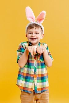 Vorderansicht junge in kaninchenposition