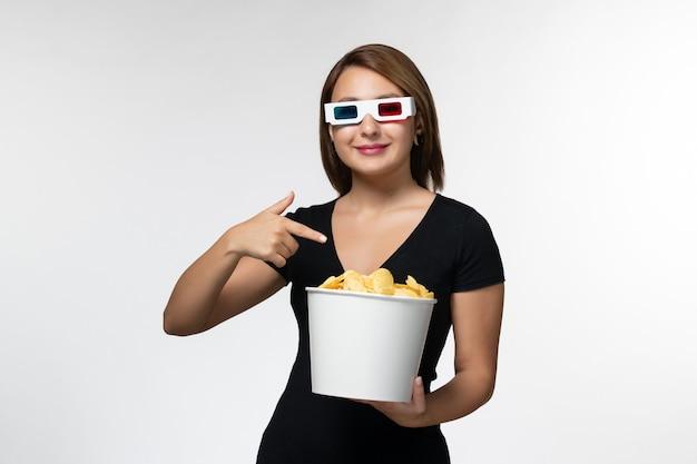 Vorderansicht junger attraktiver weiblicher haltekorb mit kartoffelspitzen in d sonnenbrille auf weißer oberfläche