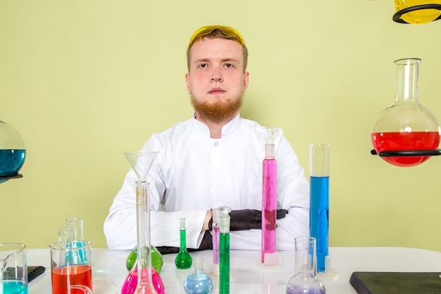 Vorderansicht junger chemiker, der bereit ist, neues experiment zu beginnen