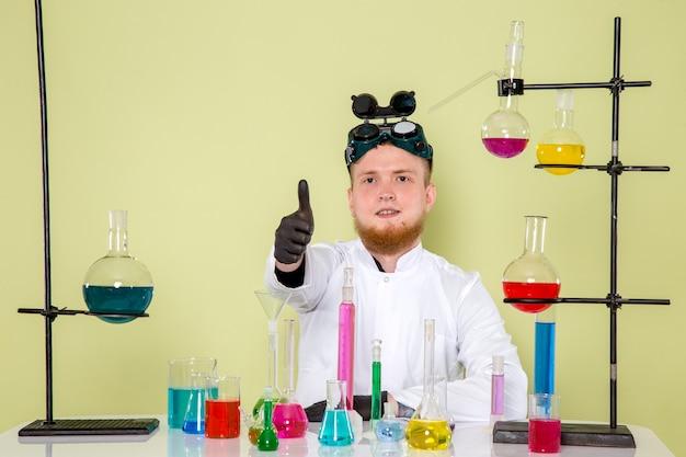 Vorderansicht junger chemiker mag alles am labor