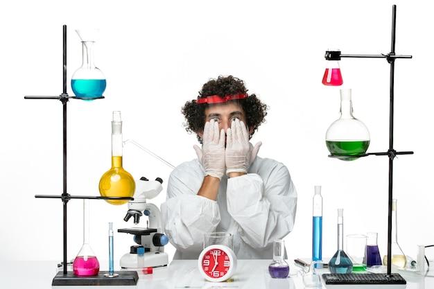 Vorderansicht junger männlicher wissenschaftler im speziellen anzug und im schutzhelm