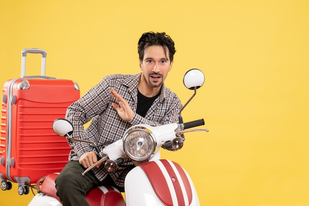 Vorderansicht junger mann auf fahrrad mit seiner tasche auf gelb