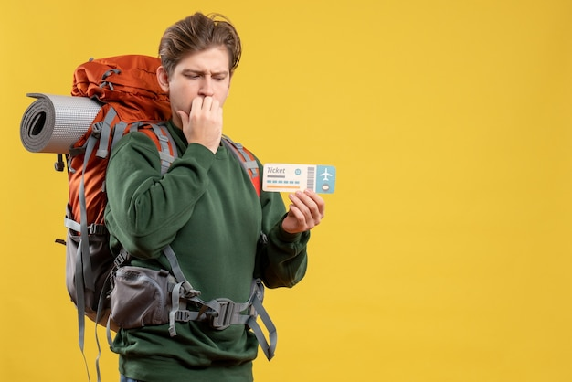 Vorderansicht junger mann, der sich auf das wandern mit ticket vorbereitet