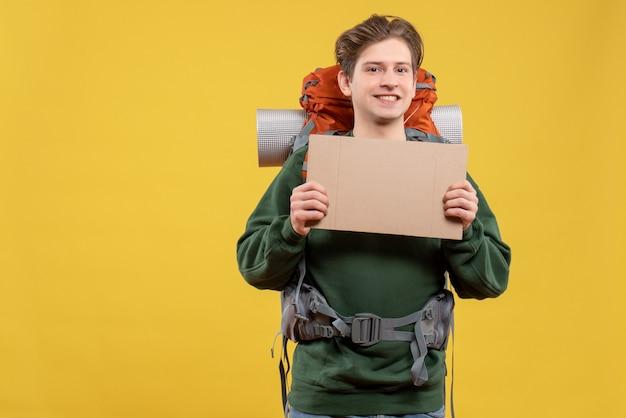 Vorderansicht junger mann, der sich auf das wandern vorbereitet