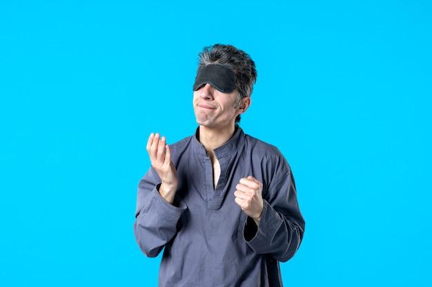 Vorderansicht junger mann im pyjama und schlafverband auf blauem hintergrund farbe ruhe nacht albtraum bett schlaf dunkle schlafzimmerträume