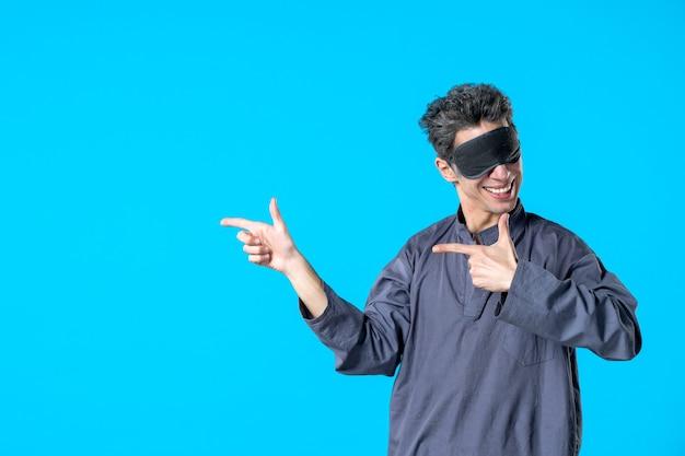 Vorderansicht junger mann im pyjama und verband zum schlafen auf blauem hintergrund dunkler rest albtraum schlafbett nachtfarbe schlafzimmerträume