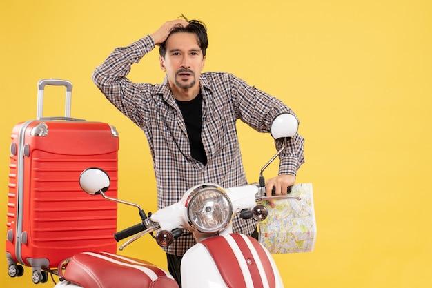 Vorderansicht junger mann mit fahrrad, das karte auf gelb hält