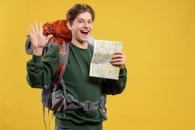 Vorderansicht junger mann mit rucksack mit karte
