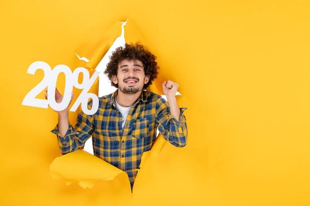 Vorderansicht junger mann mit schrift auf gelbem hintergrund