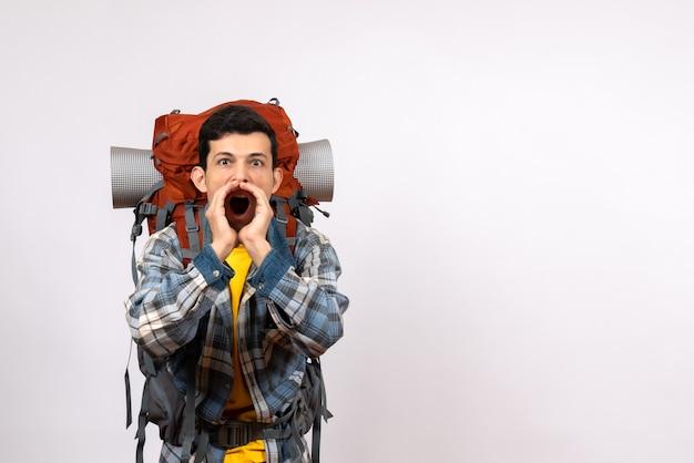 Vorderansicht junger reisender mit dem schreienden rucksack