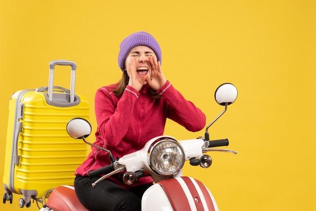 Vorderansicht junges mädchen auf mopedschreien