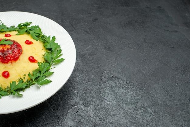 Vorderansicht kartoffelbrei mit tomatensauce und grüns auf dem dunklen raum