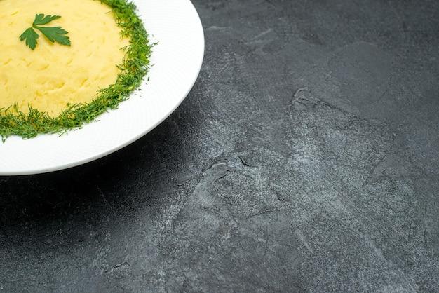 Vorderansicht kartoffelpüree mit grüns im teller auf grauem schreibtisch essen kartoffelmahlzeit abendessen gericht dinner