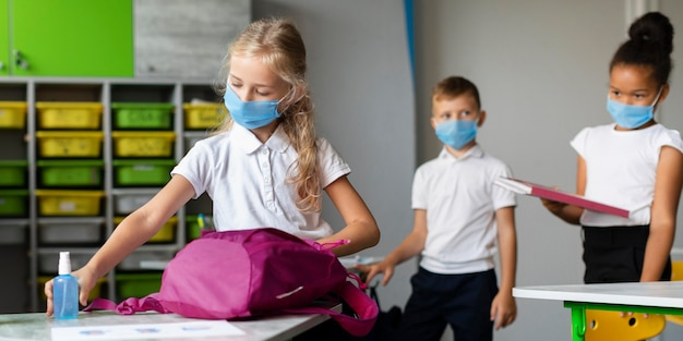 Vorderansicht kinder, die vorbereiten, schule zu verlassen