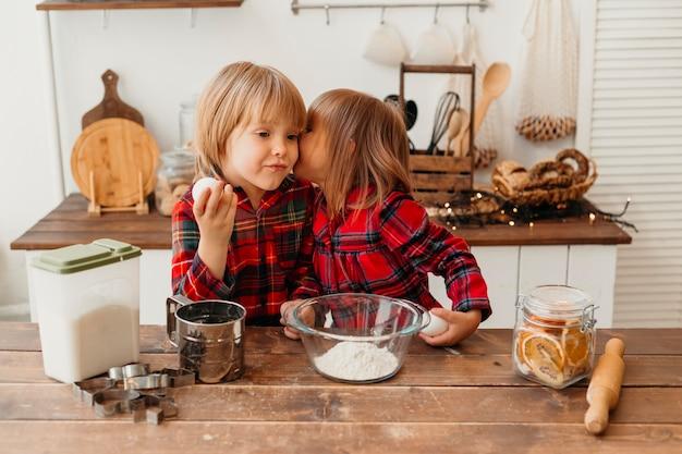 Vorderansicht kinder, die zusammen zu hause kochen