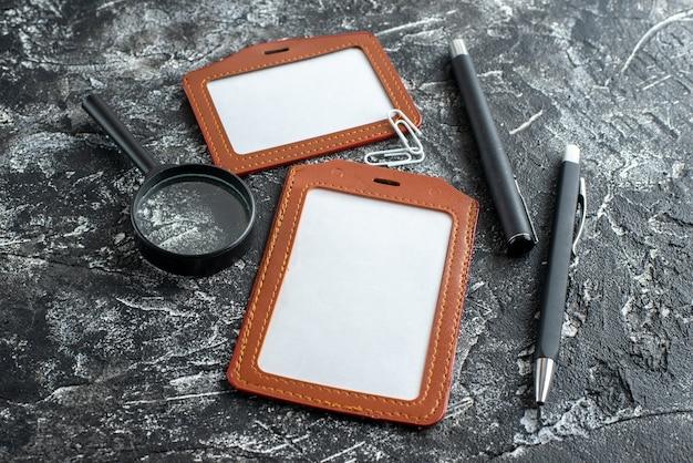 Vorderansicht kleine dateinotizen mit bleistiften auf grauem hintergrund schulkindpapier schreibheft notizblock college-lektion