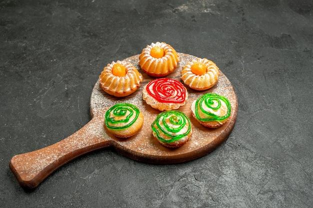 Vorderansicht kleine leckere kuchen auf dunklem raum