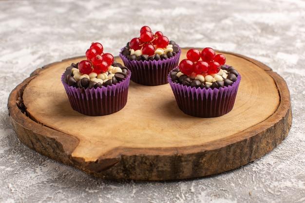 Vorderansicht kleine schokoladenbrownies mit preiselbeeren auf grau