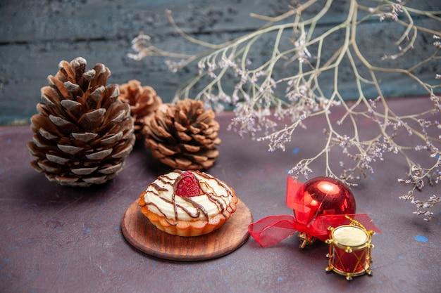 Vorderansicht kleiner cremiger kuchen auf dunklem hintergrund tortenkeks süßer zuckerplätzchenkuchen
