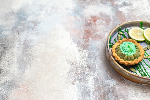 Vorderansicht kleiner cremiger kuchen mit früchten innerhalb des tabletts
