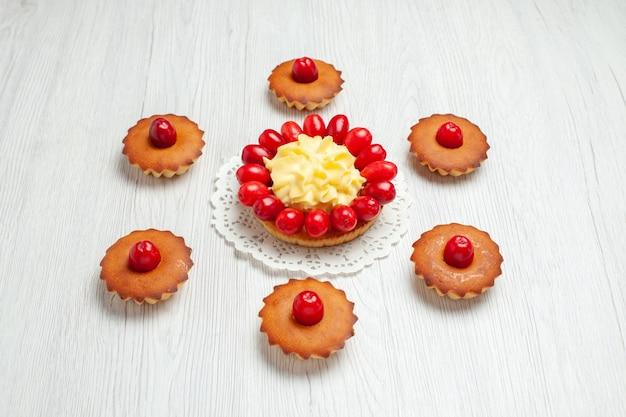 Vorderansicht kleiner cremiger kuchen mit kuchen auf weißem schreibtischcreme-fruchtdessertkuchen