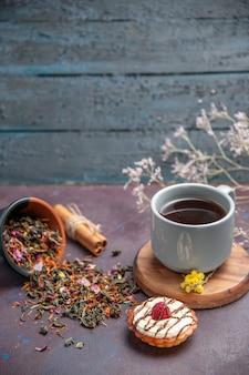 Vorderansicht kleiner cremiger kuchendessert für tee auf dem dunklen hintergrund biskuitzuckerkuchen süßer kuchen