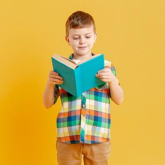 Vorderansicht kleiner junge beim lesen