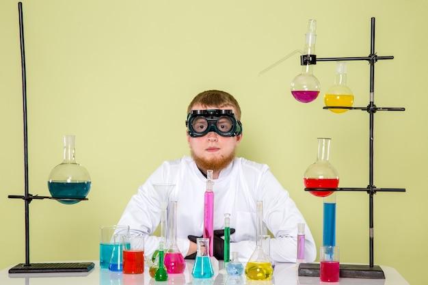 Vorderansicht kleiner junge, der für neues experiment bereit ist