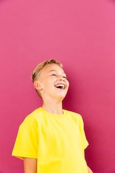 Vorderansicht kleiner junge lacht