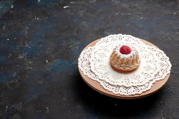 Vorderansicht kleiner kuchen mit himbeere auf der dunklen oberfläche kekskuchen süße beere