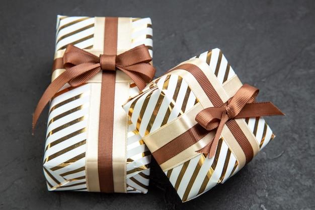Vorderansicht kleines geschenk auf dunkler zuneigung liebhaber februar geschenk ehepaar leidenschaft