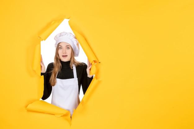 Vorderansicht köchin auf gelber farbe sonne foto küche job papier emotion essen