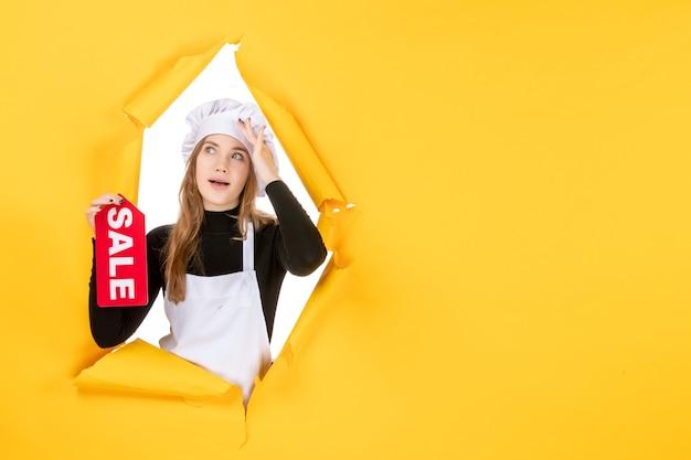 Vorderansicht köchin mit rotem verkaufsschreiben auf gelber farbe jobfoto küche küche emotion