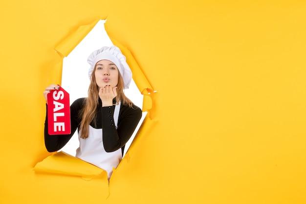 Vorderansicht köchin mit roter verkaufsschrift auf gelber farbe jobfoto küche küche emotionen essen