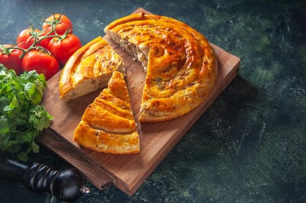 Vorderansicht köstliche fleischpastete mit roten tomaten und grüns auf dunklem hintergrund kuchen essen backen teig kuchen gebäck keksofen