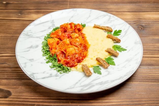 Vorderansicht köstliche fleischscheiben mit kartoffelpüree und grüns auf holzschreibtisch fleischbrot mahlzeit kartoffelgericht