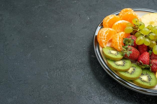Vorderansicht köstliche fruchtzusammensetzung frisch geschnittene und ausgereifte früchte auf dunklem hintergrund reife frische ausgereifte gesundheitsdiät