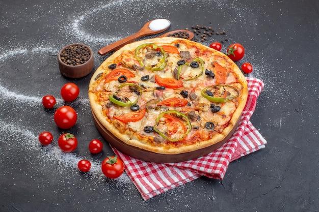 Vorderansicht köstliche käsepizza mit roten tomaten auf dunkler oberfläche
