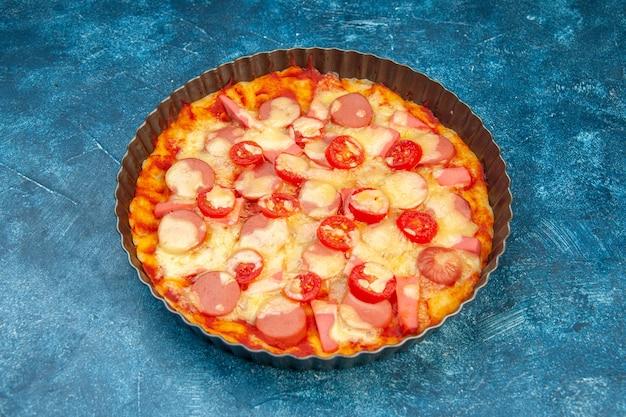 Vorderansicht köstliche käsepizza mit würstchen und tomaten auf blauem salatnahrungsmittelteigkuchenfarbfoto-fast-food