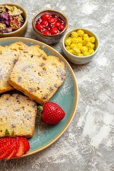 Vorderansicht köstliche kuchenscheiben mit früchten auf leichter oberfläche obstkuchen süße torte