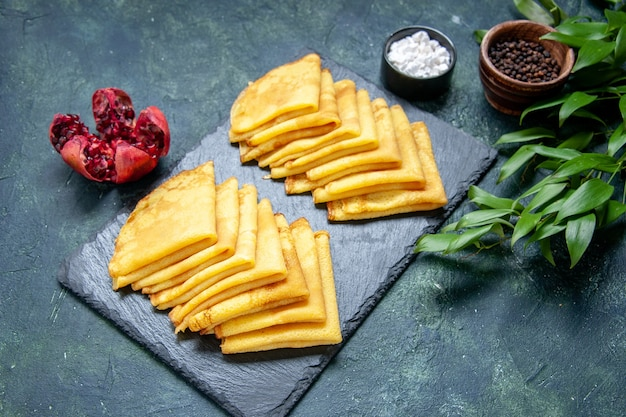 Vorderansicht köstliche pfannkuchen auf blauem gebäck backen kuchen frühstücksteig süßer kuchen