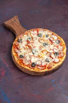 Vorderansicht köstliche pilzpizza mit käseoliven und tomaten auf der dunkelvioletten oberfläche