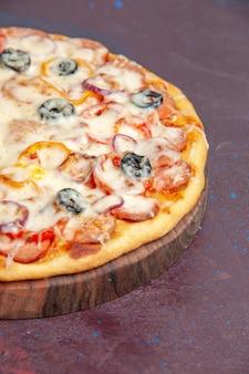 Vorderansicht köstliche pilzpizza mit käseoliven und tomaten auf dunkler oberfläche