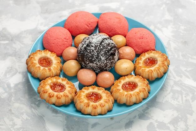 Vorderansicht köstliche rosa kuchen mit keksen und schokoladenkuchen auf weißer oberfläche kekszuckerkuchen süßer tortentee