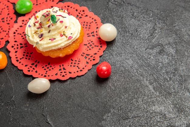 Vorderansicht köstliche sahnetorten dessert für tee mit süßigkeiten auf grauem hintergrund kuchen sahne keks süßes keks dessert Kostenlose Fotos