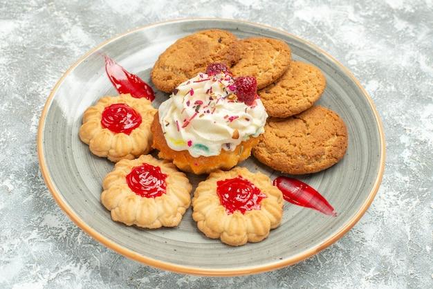 Vorderansicht köstliche sandkekse mit keksen und sahnetorte auf weißem raum